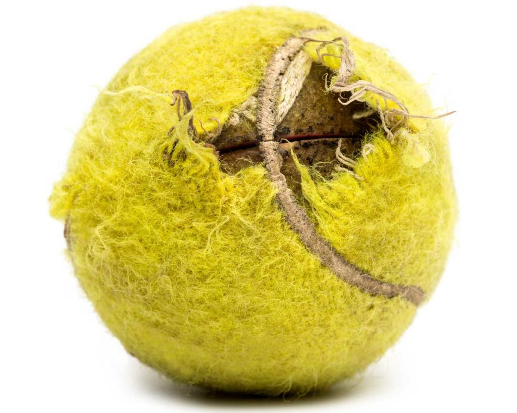Vom Hund zerkauter Tennisball. Gefährliche Tennisbälle.