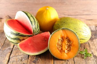 Melonen auf Holzgrund.