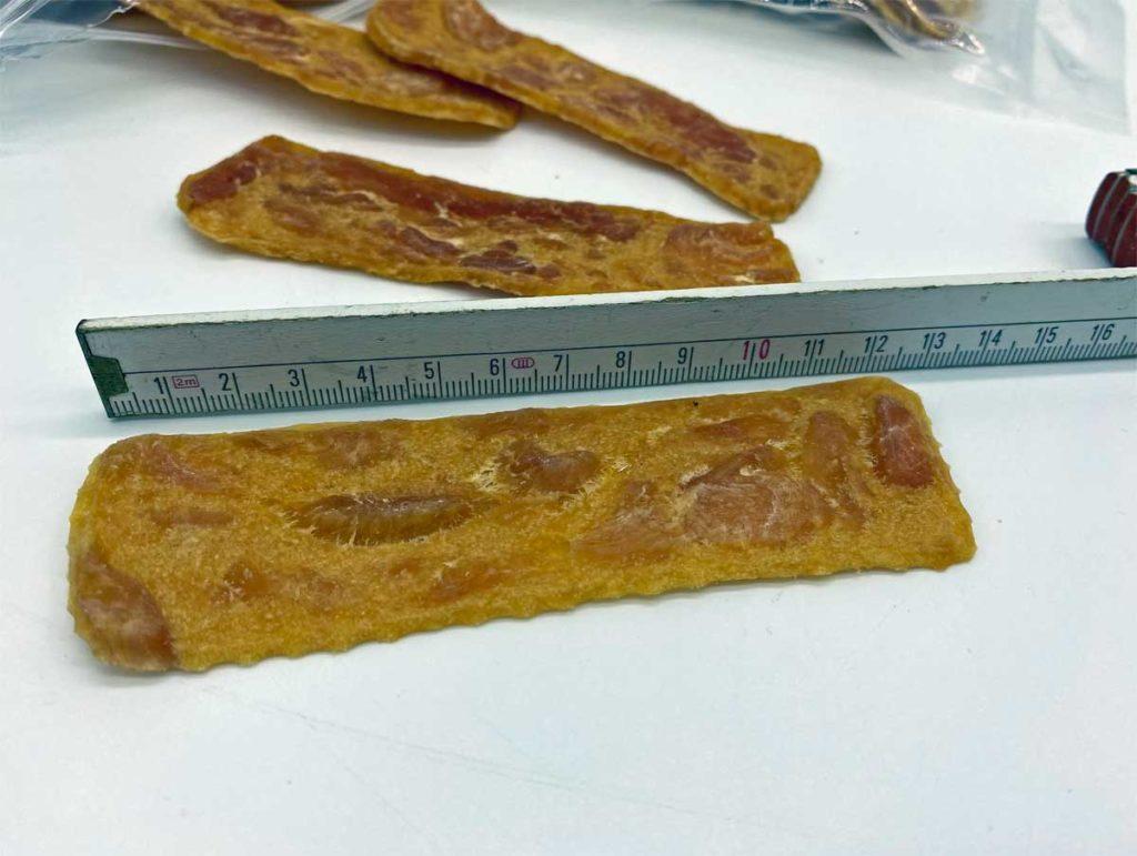 100 Prozent Hühnerfleisch, gut 12 Zentimeter lang. Ein toller Hundesnack für kleine, mittelgroße und große Hunde.