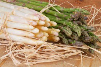 Bündel grüner und weißer Spargel. Roh und ungekocht. Das Spargelbild wird verwendet auf der Seite: Dürfen Hunde Spargel fressen? Autor anitasstudio | 24497769 | 25. Apr. 2013